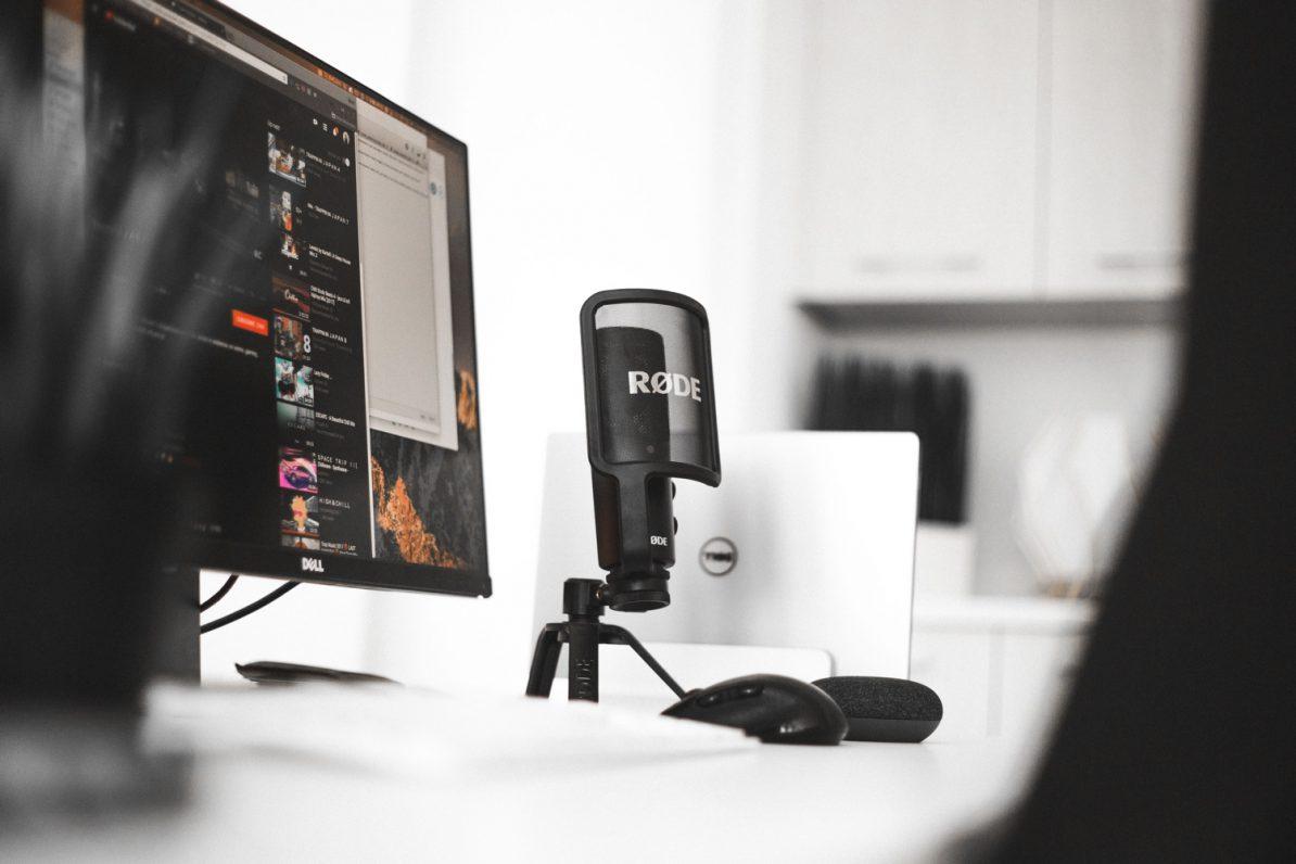 Typisches Podcaster-Studio, mit Rode-Mikro. Foto: Blake Connally/Unsplash