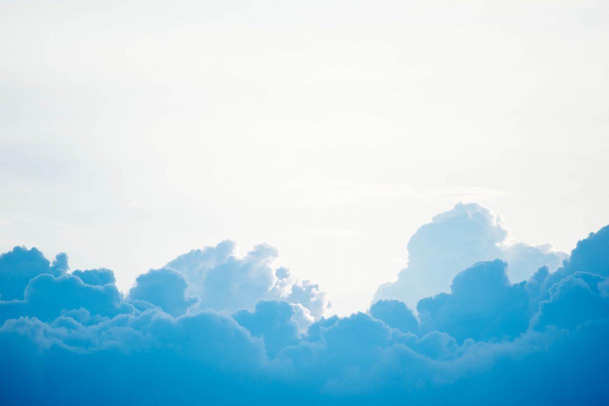 Blaue Wolken. Symbolbild. Foto: Chuttersnap/Unsplash
