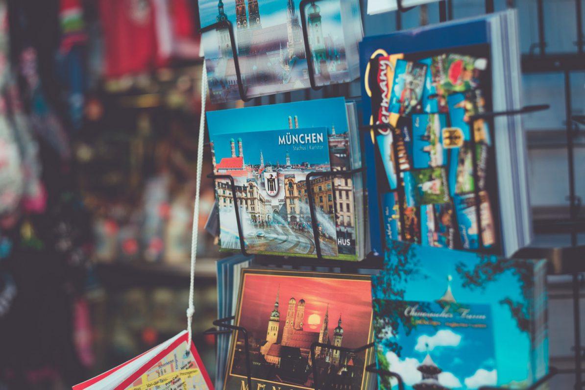 Kitschige München-Postkarten in einem Ständer. Foto: Markus Spiske/Unsplash