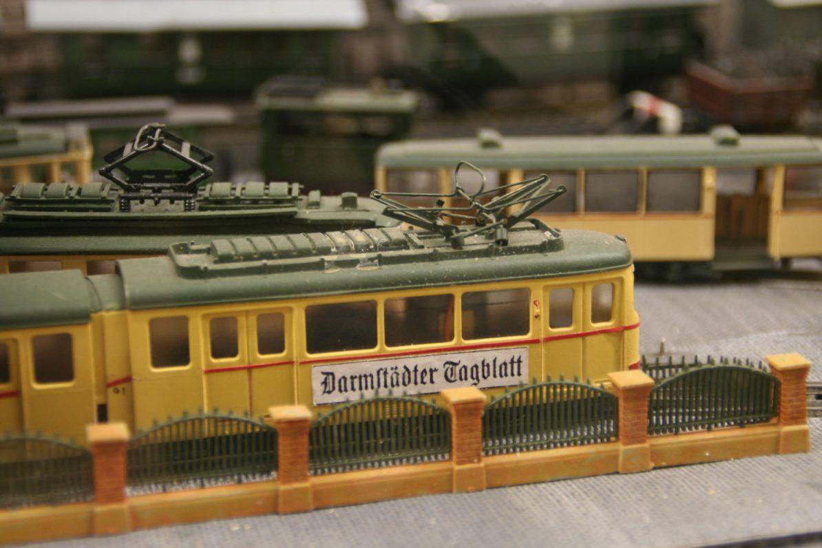 Modell-Straßenbahn mit alter Zeitungswerbung. Foto: Udo Springfeld/Flickr