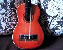 Маленькая (детская) гитара. Примерно 1982г. выпуска, красная