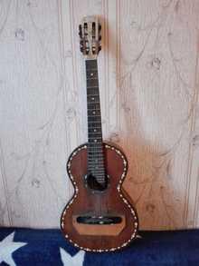 Антикварная гитара возрастом больше 100 лет