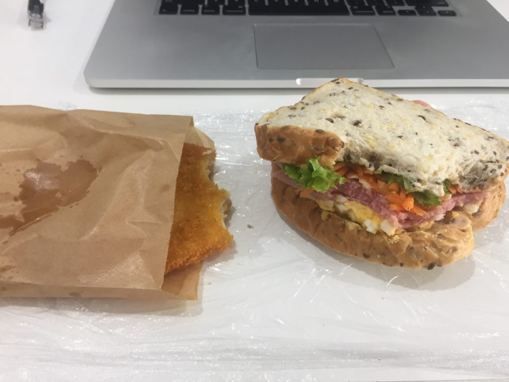 Kousek od práce je pekárna, kde se dá za $7 ulovit takovýhle obědový kombo