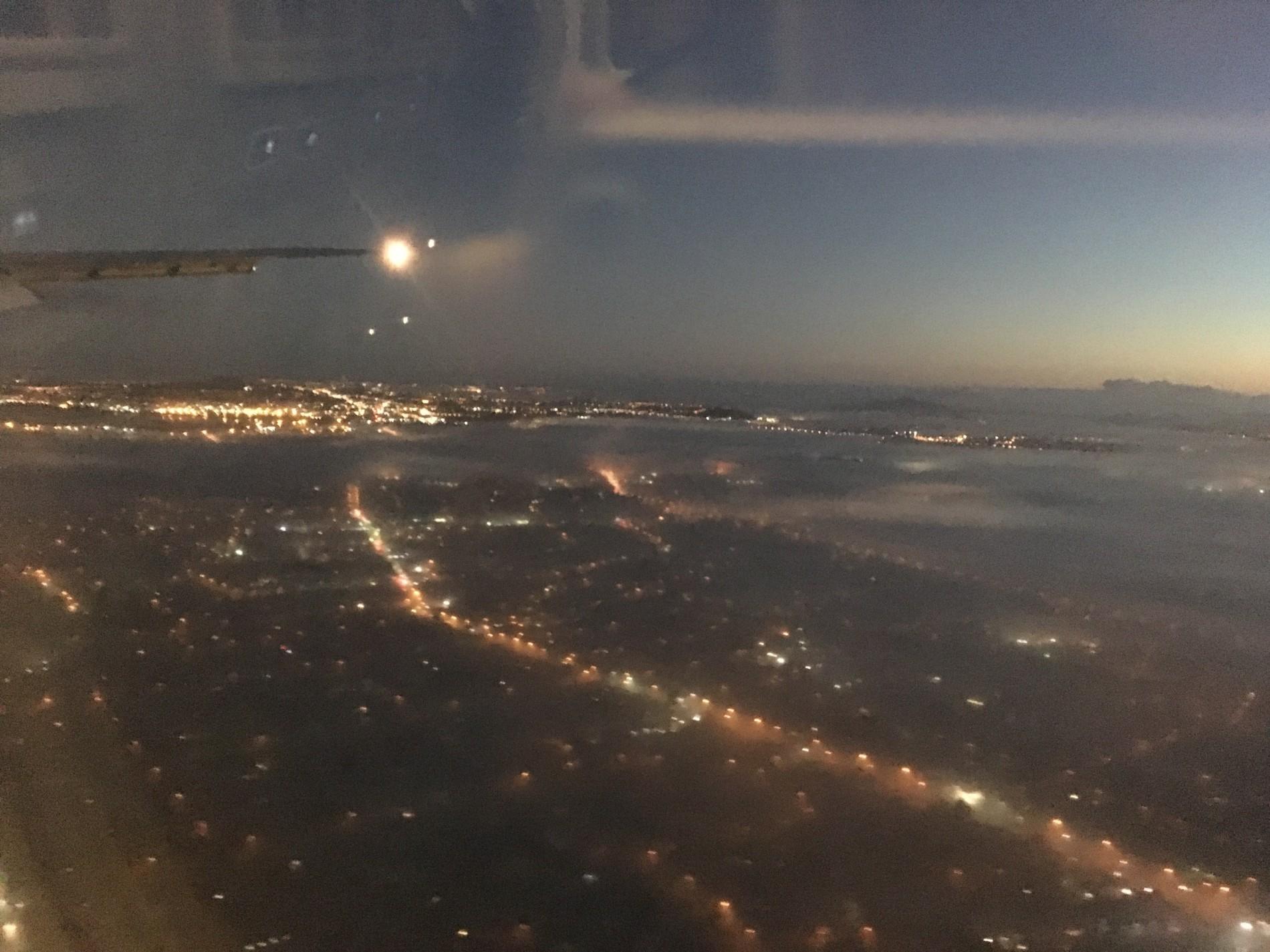 mlha nad ranním Aucklandem