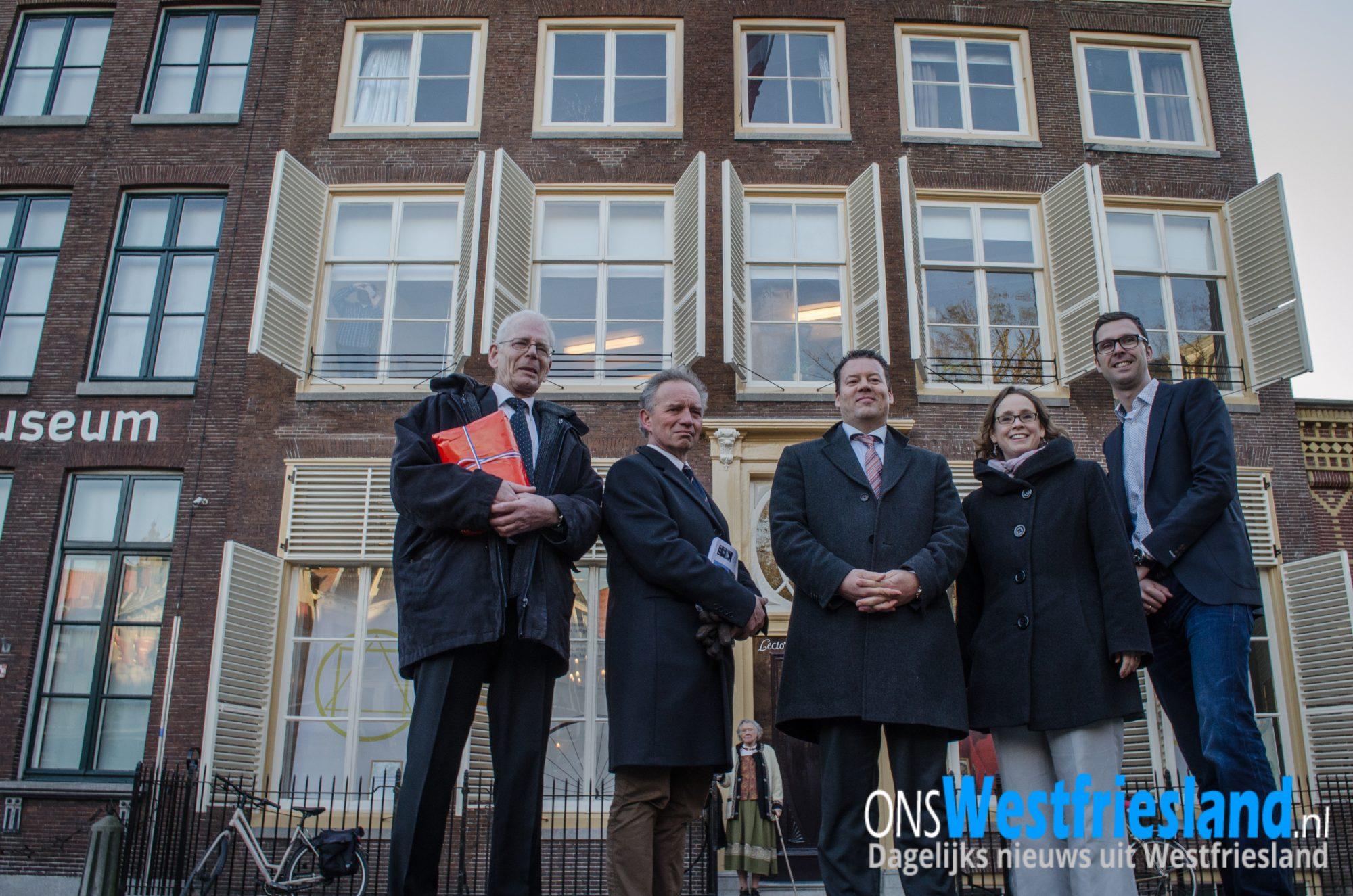 Wethouders Tap en De Jong en vertegenwoordigers van de huurder Lectorium Rosicrucianum voor het monumentale pand op de Roode Steen 15. Foto Alex Gitzels