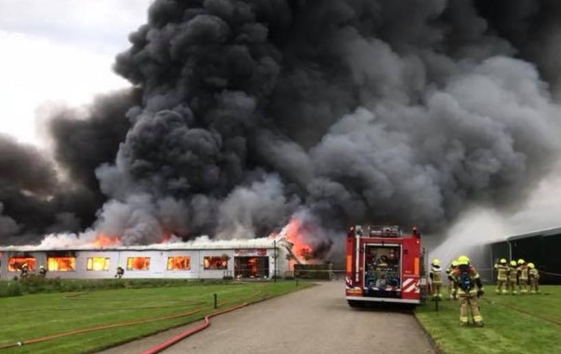 Uitslaande brand bij hal Avontuur in Wijdenes (updates) [video ...