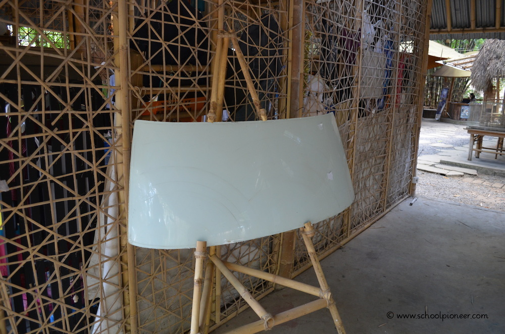 Auto-Windschutzscheibe-ersetzt-Wandtafel-Green-School-Bali