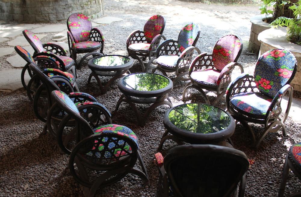 Sitzgruppe-aus-Altreifen-Green-School-Bali