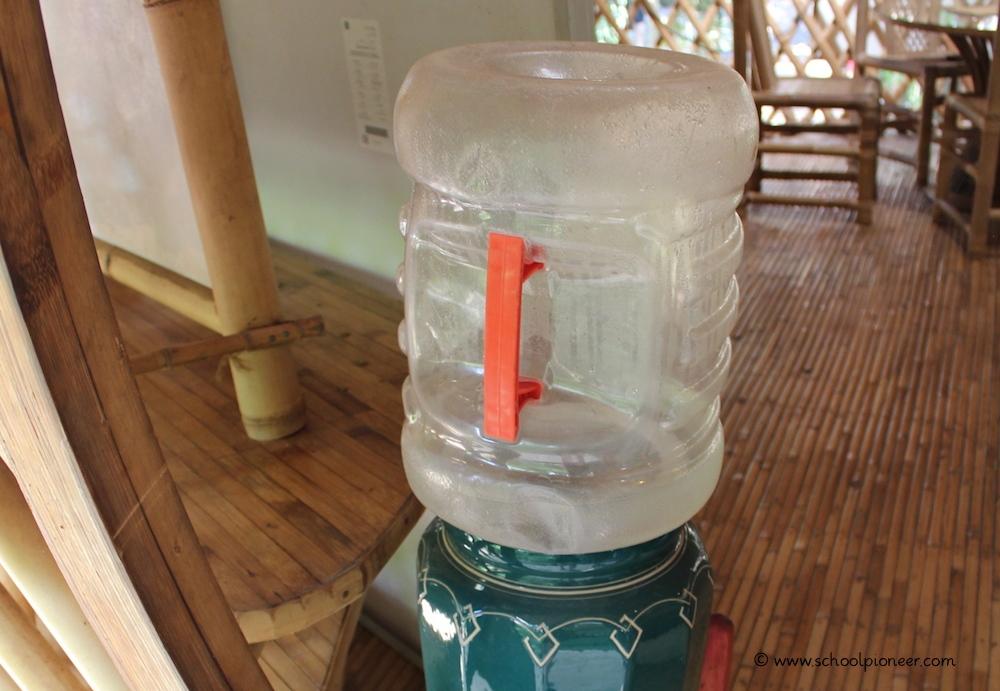 Wasserspender-am-Eingang-des-Klassenzimmers-Green-School-Bali1