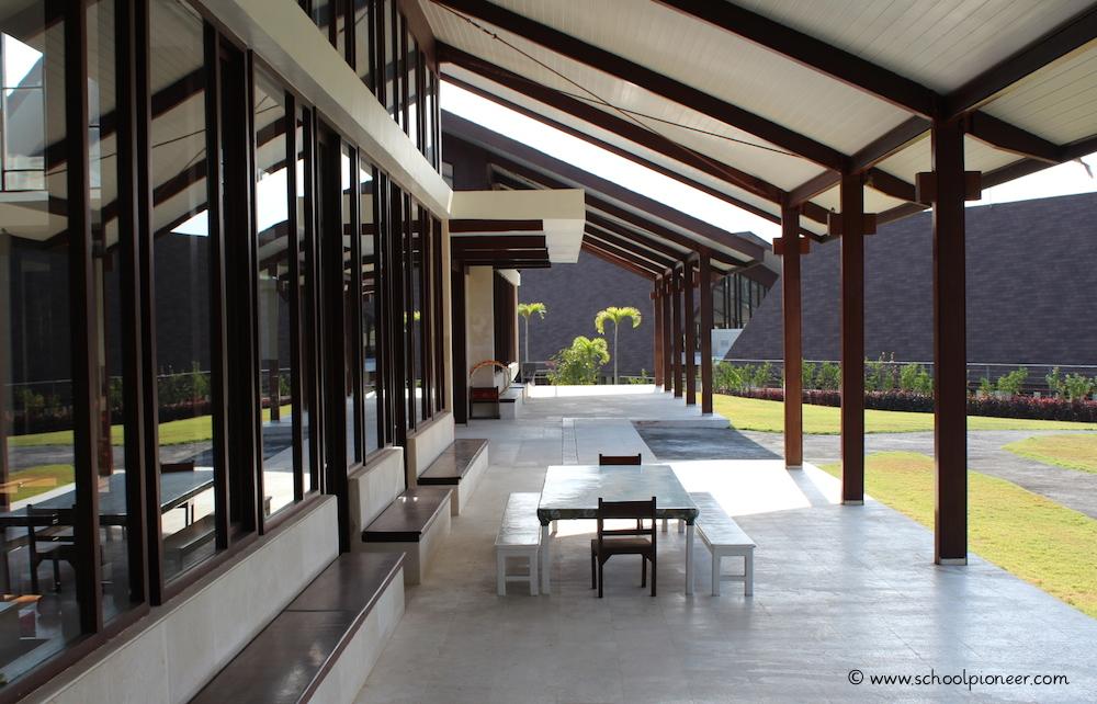 Individuelle-Wahl-des-Lernortes-Freiarbeit-Montessori-School-Bali