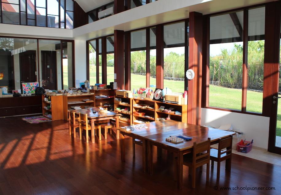 Tischgruppen-Lernen-in-jahrgangsgemischten-Lerngruppen-Montessori-School-Bali