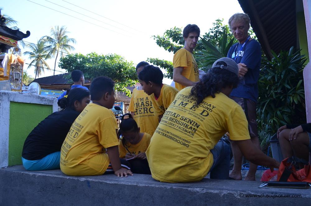 Trash-Heroes-Amed-eine-Gruppe-Freiwilliger-Erwachsene-und-Kinder