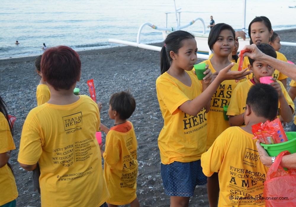 Plastikzahnbürsten-in-Plastikverpackung-Trash-Heroes-Amed-Bali