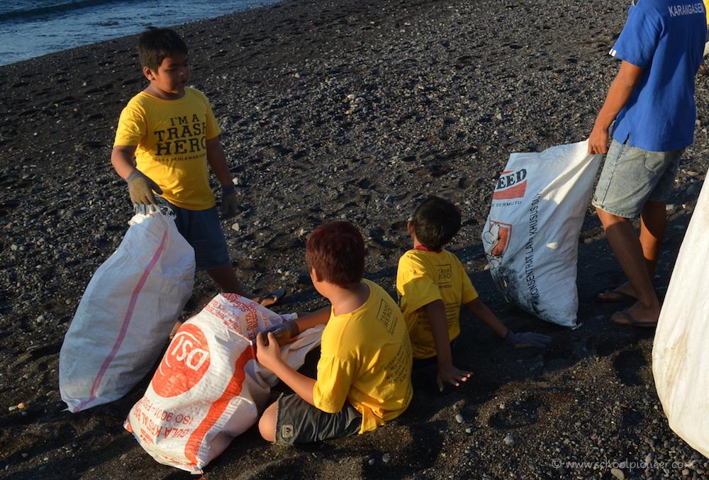 Pause-am-Strand-Trash-Heroes-Amed-Bali