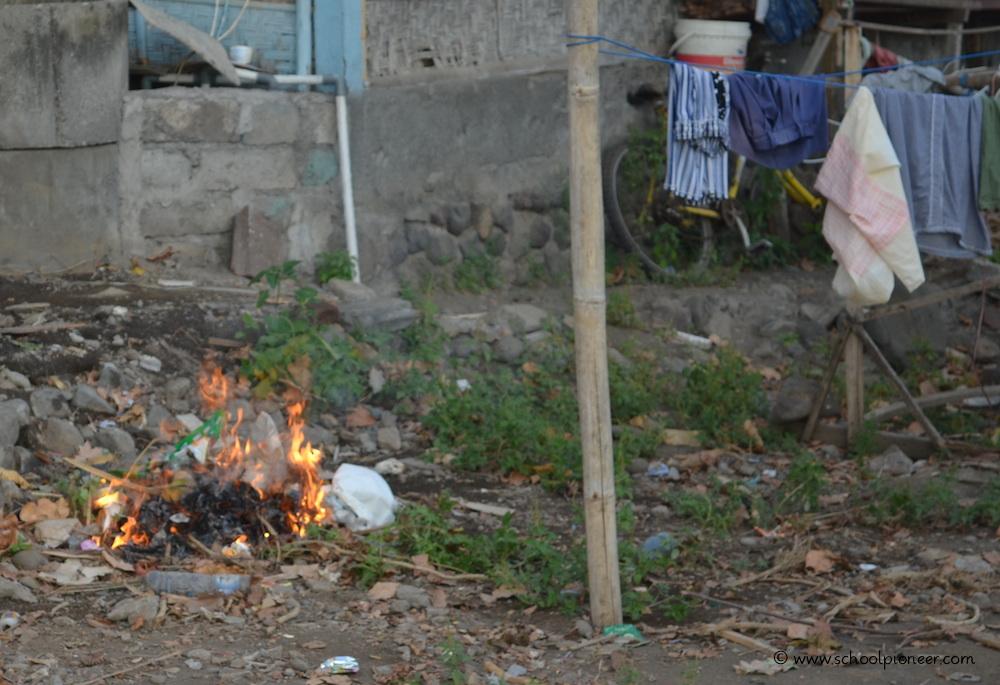 Müllverbrennung-im-eigenen-Garten-Amed-Bali