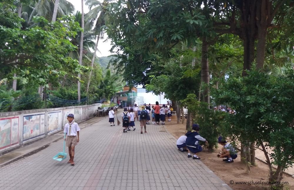 Sauber-machen-des-Schulgeländes-und-der-Klassenzimmer-Wat-Lamai-School