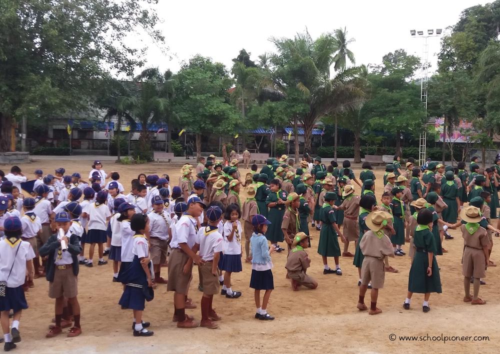 Versammlung-auf-dem-Schulhof-Wat-Lamai-School