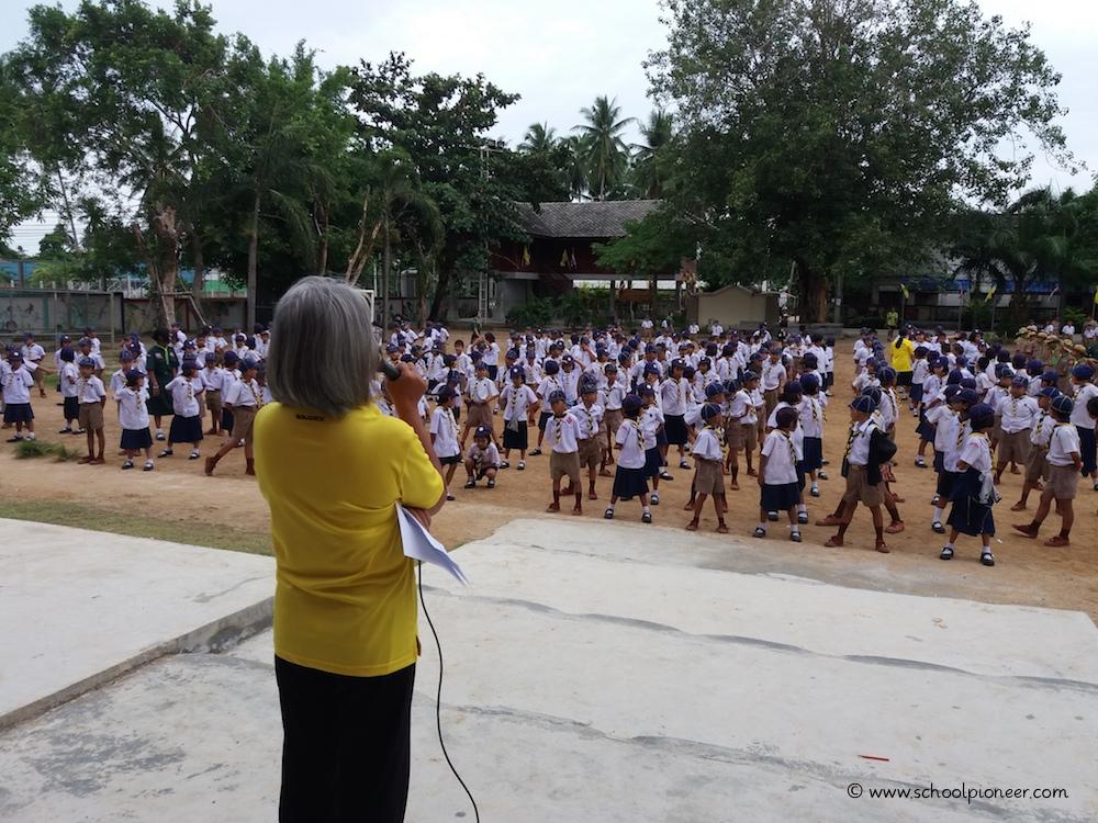 Ansprache-durch-eine-Lehrerin-Wat-Lamai-School