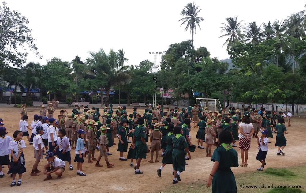 Kinder-reihen-sich-auf-Wat-Lamai-School