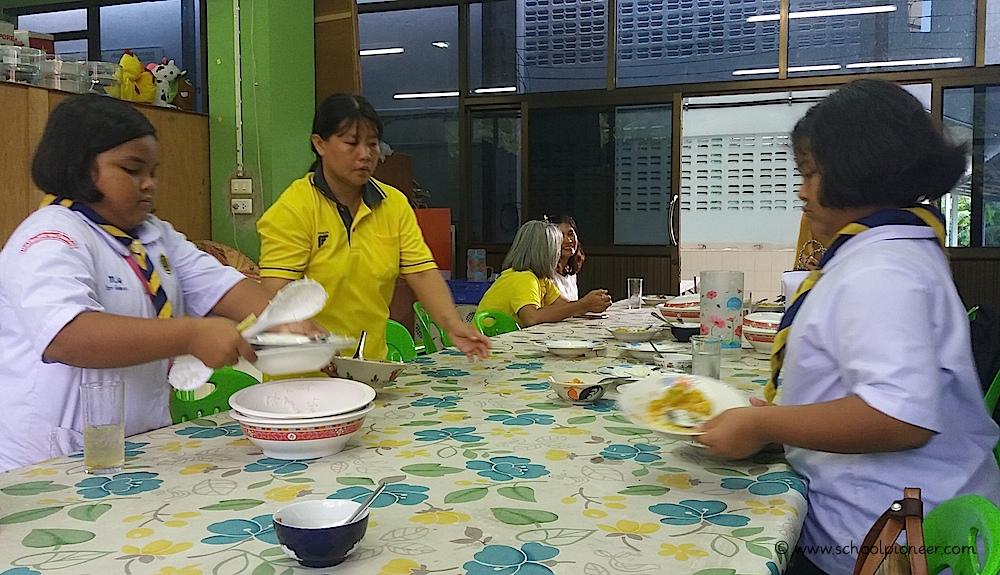 Gemeinsames-Mittagessen-Wat-Lamai-School