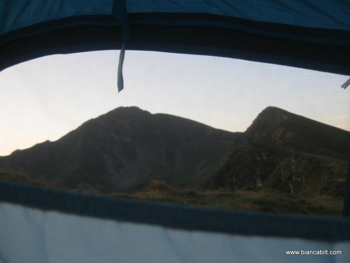 Am campat în creastă, înainte de refugiul de sub Ineu, ca să avem imaginea vârfului în față atunci când ne trezim.