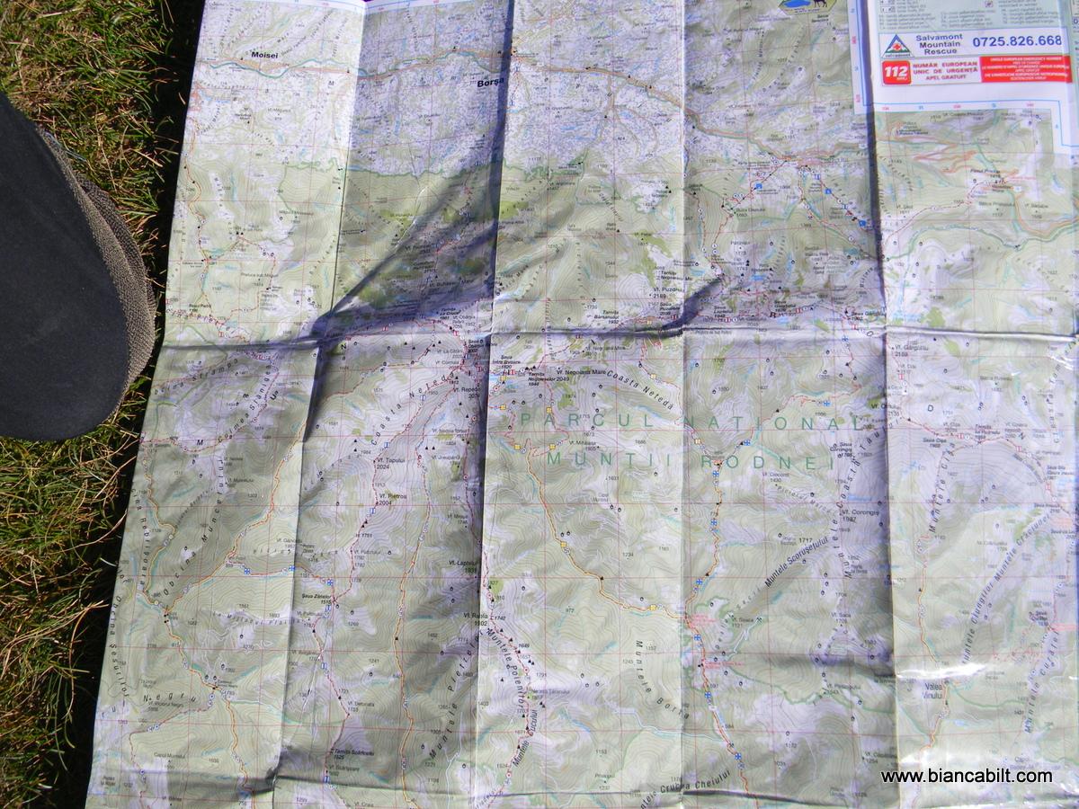 Pentru că am uitat harta în mașină, am avut noroc cu un cuplu cu care ne-am întâlnit la refugiul de sub Ineu, când ne întorceam de la lacurile Lala, care ne-au dat voie să le fotografiem harta să avem și noi reperele la îndemână.
