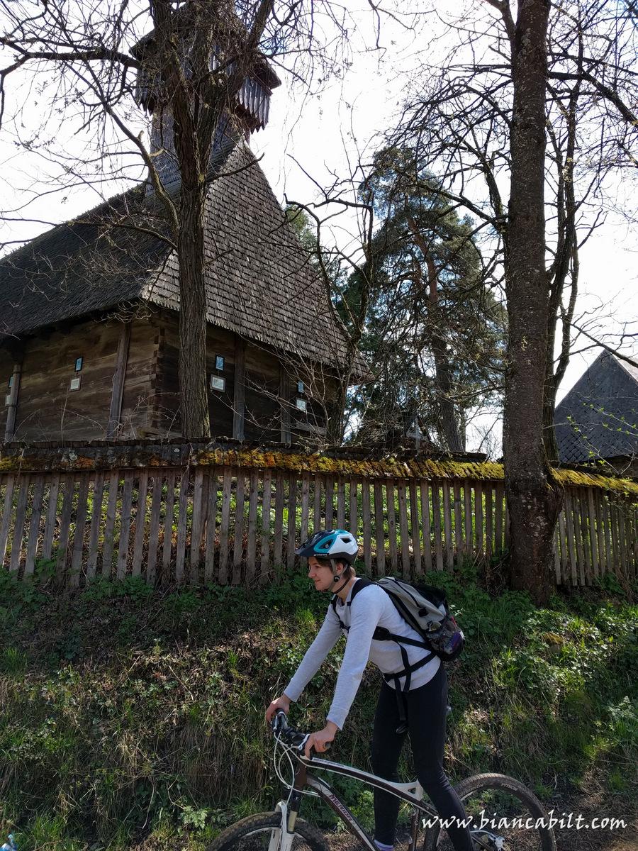 """""""Fă și mie o poză cu biserica, să-i arăt la mama atracțiile turistice!"""" Am trecut pe lângă multe biserici de lemn, simple, care îți furau privirea deoarece sunt autentice și frumoase :), opusul a ceea ce găsești azi în general, în România. De asemenea, am trecut pe lângă multe case *meșteșugărești*, unde oamenii sculptează în lemn, sau confecțonează obiecte tradiționale."""