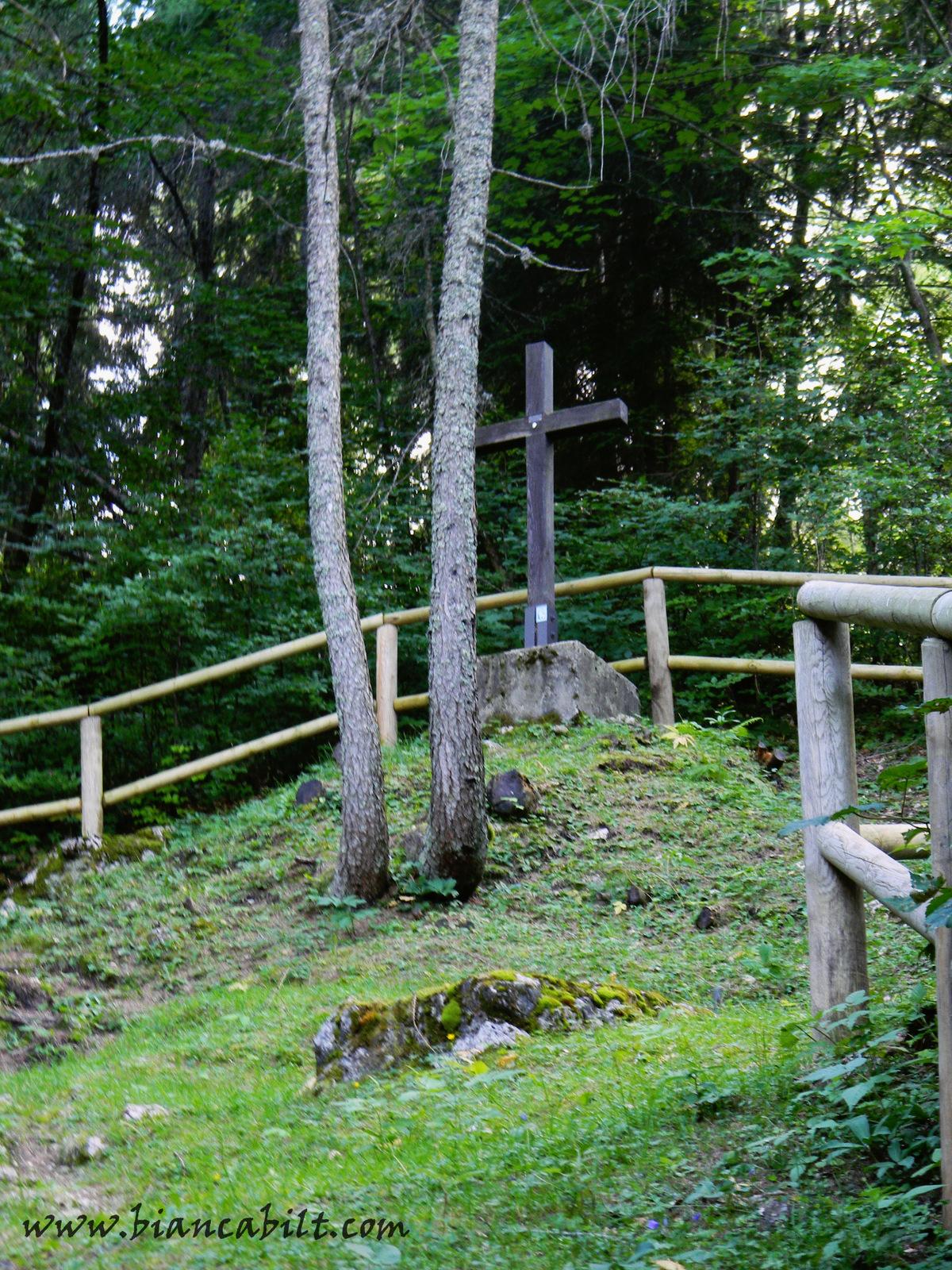 """""""Cimitirul"""" soldaților din primul război mondial care au luptat aici."""