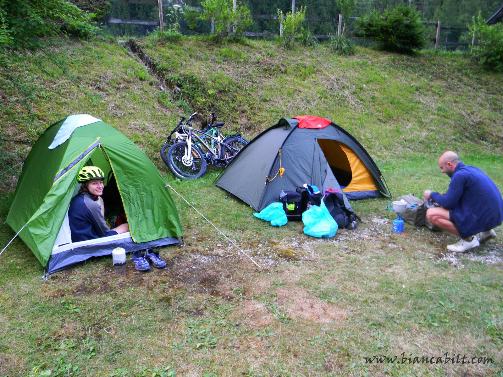 Campingul din Trenta, un loc de vis, în care am fost înconjurată doar de munți și pereți imenși din stâncă.