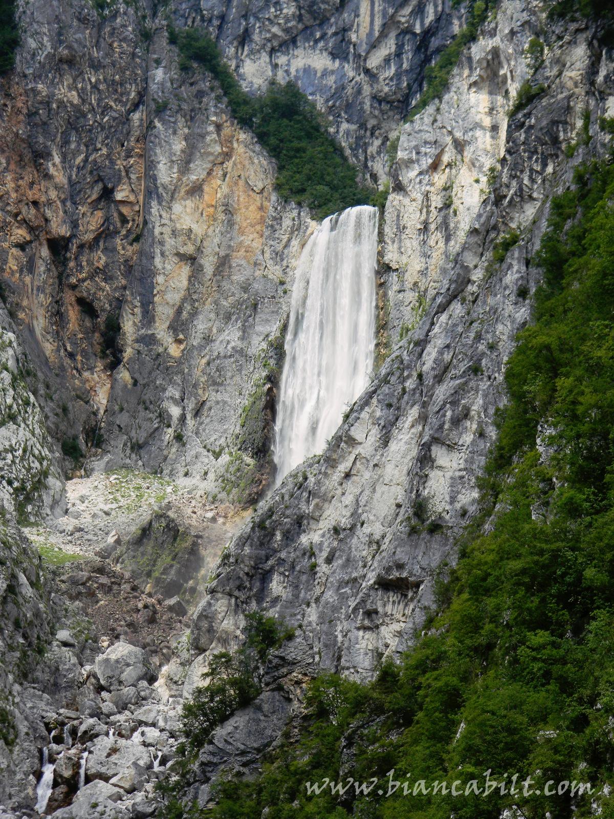 Cea mai mare cascadă din Slovenia. Poza este cu zoom, în realitate era imensă și impunătoare.