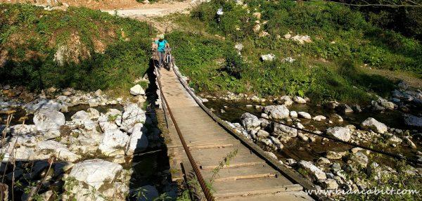 Chiar înainte de Huda lui Papară ne-am riscat să traversăm podulețul ăsta scârțâitor :D.