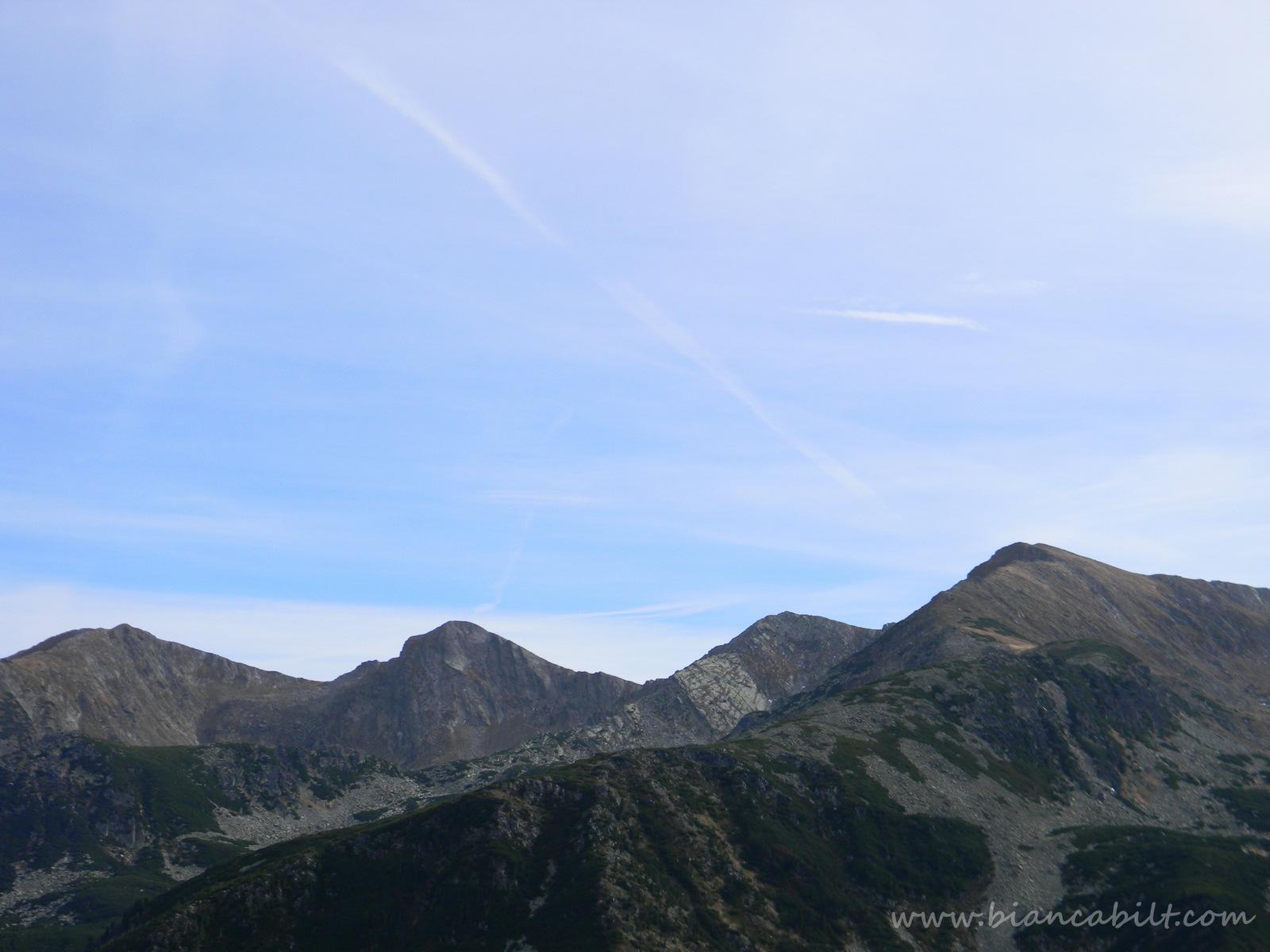 Și câștigăm altitudine...iar Retezatul ni se arată din ce în ce mai frumos cu crestele lui.