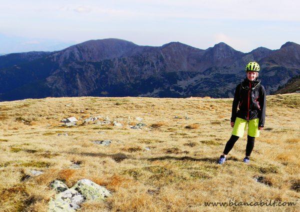 Pe creastă ne-am întâlnit cu mulți turiști care mă priveau bizar...Într-adevăr bizar să fii în vârf de munte cu o cască de bicicletă pe cap :))...