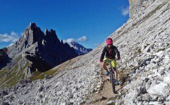 MTB în Dolomiți: din Cortina d'Ampezzo spre Croda da Lago, o urcare spre infinit și o coborâre cu emoții