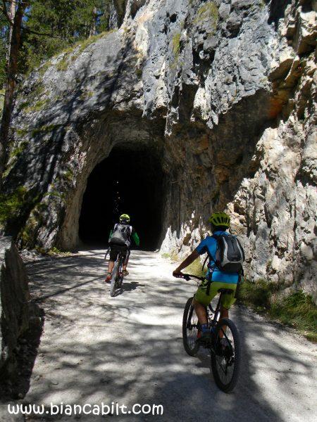 N-am mai întâlnit tunel pentru bicicliști până acum...