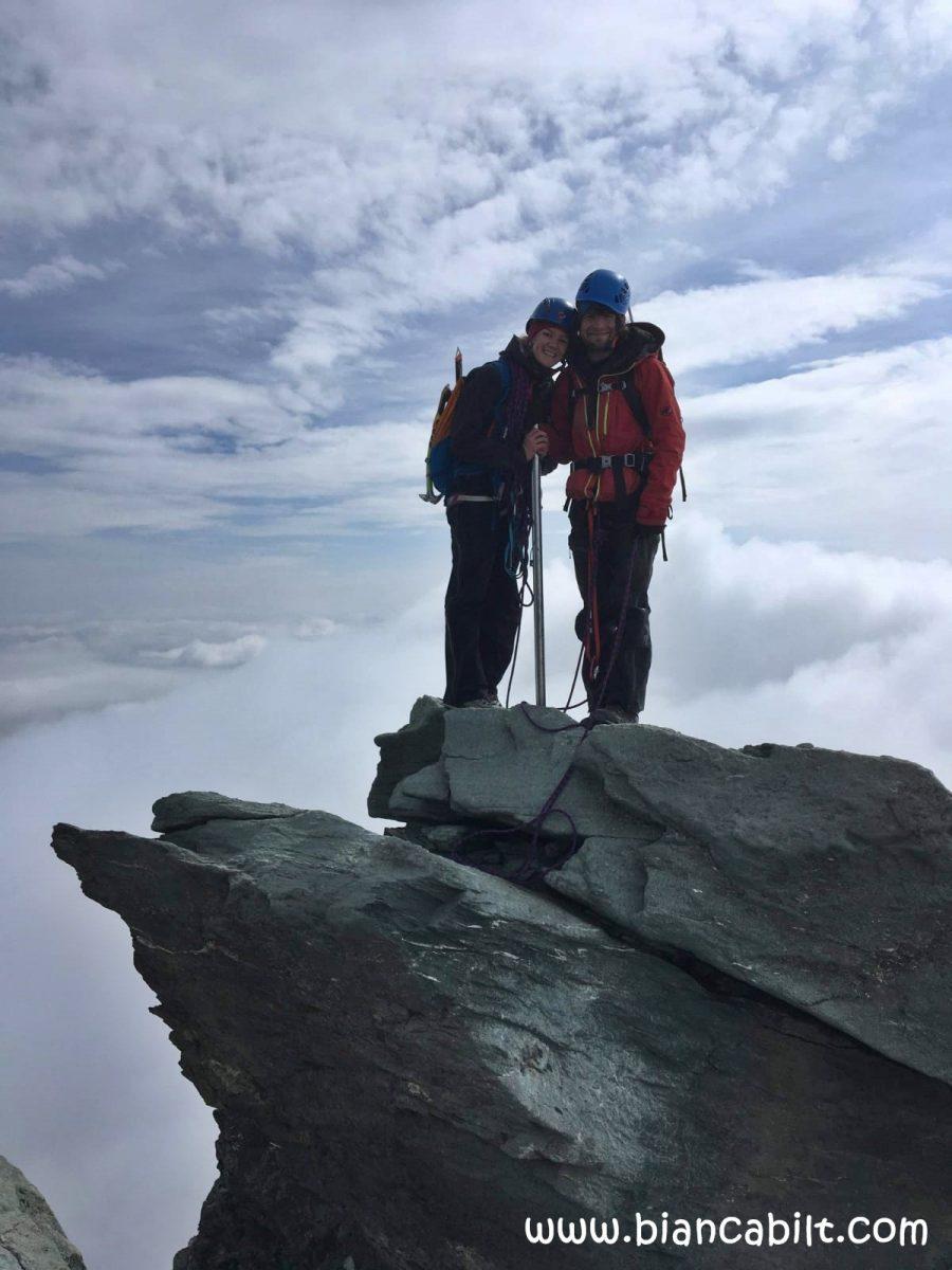 Poză făcută de un alpinist întâlnit pe rută, din proprie inițiativă, care ne-a surprins şi pe noi cu intenția lui, şi iată rezultatul.