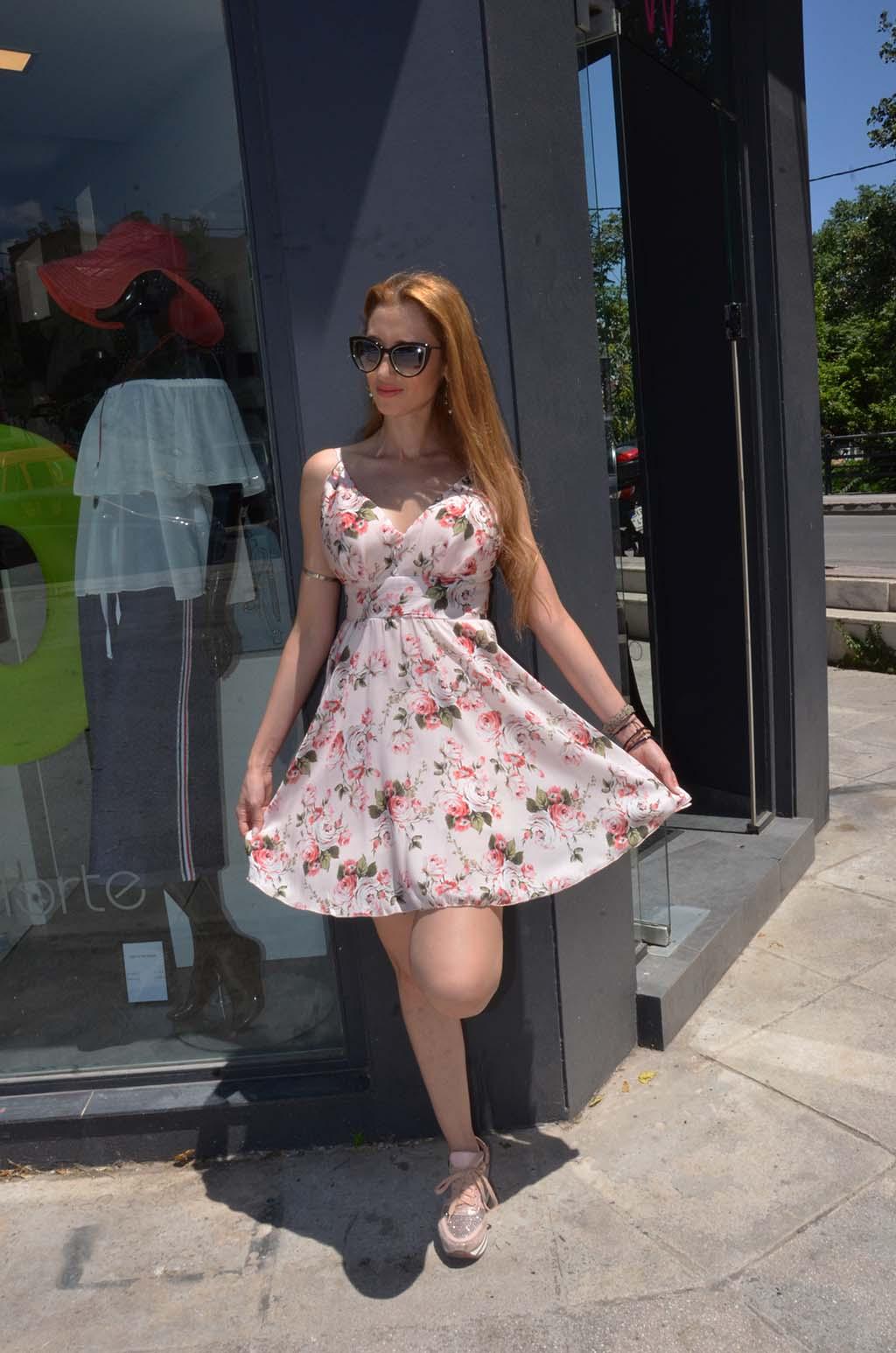 Θυμήσου ότι σε maxi γραμμή το floral φόρεμα είναι πιο επίσημο και μπορείς  να το φορέσεις από ένα απλό ποτό μέχρι και στις καλοκαιρινές σου  εκδηλώσεις ba31c322643