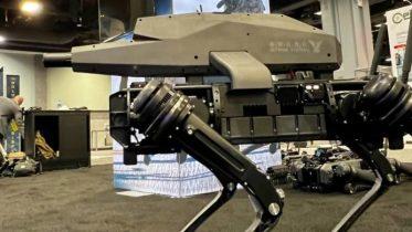 Over grænsen? Robothund med fastmonteret snigskytteriffel