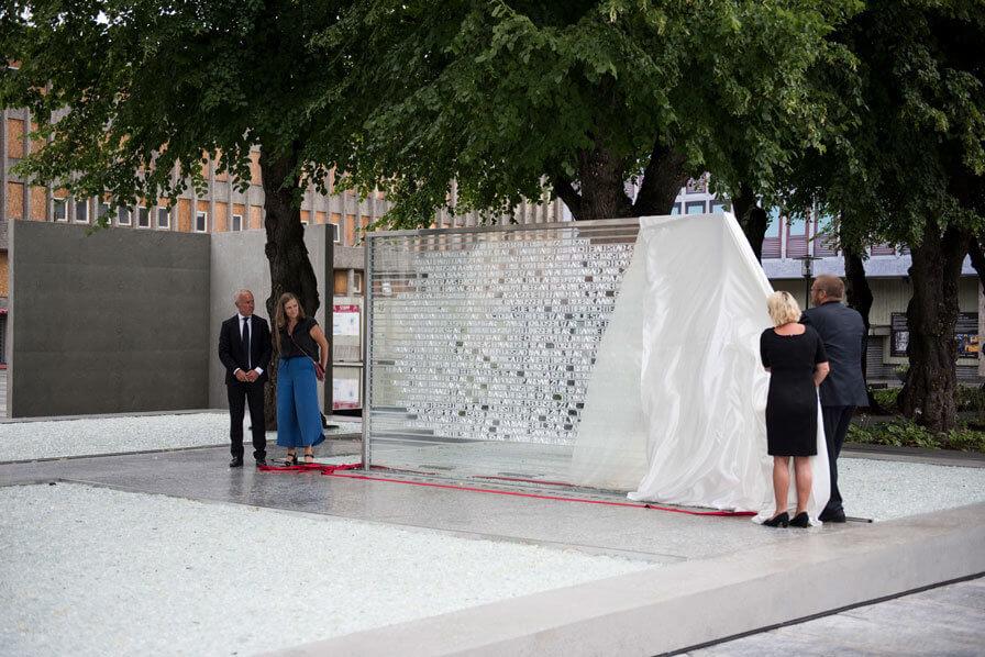 Midlertidig minnested i regjeringskvartalet etter 22. juli hendelsene avduket