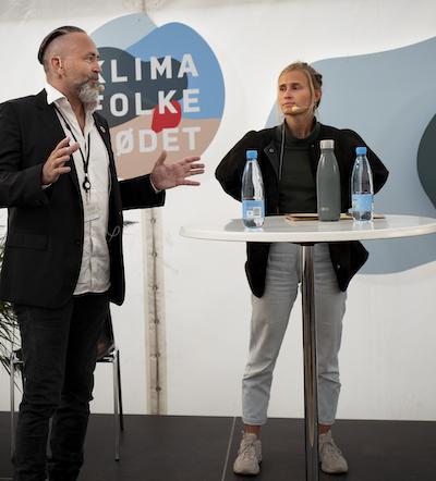 Thomas Hilberth fornemmer stor interesse for bæredygtighed blandt skolens studerende. Til højre Emma Rishøj Holm.
