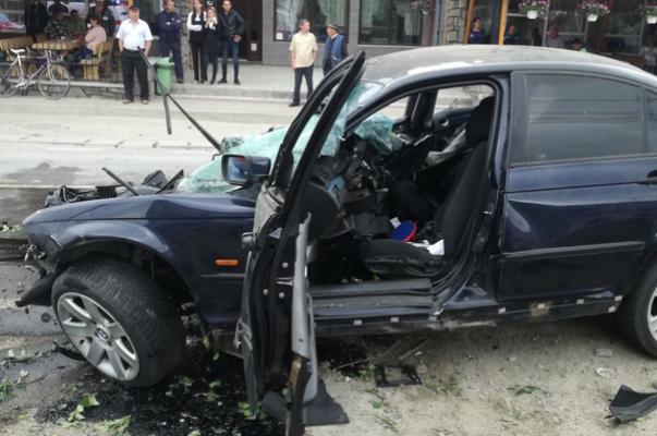 Un tânăr de 19 ani a murit după ce s-a izbit cu maşina de un parapet. Acul vitezometru oprit la 180km/h