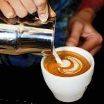 Knap benauwd van kop koffie