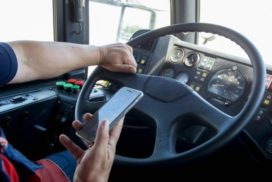 Buschauffeur botst door gebruik mobiele telefoon