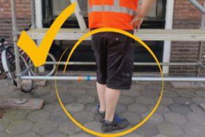Red de bouwvakker met een korte broek