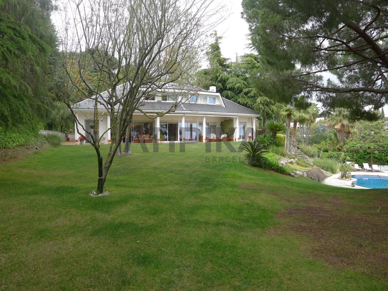 Casa de alto standing con piscina privada barra de bar y for Bar piscina lago jardin 1