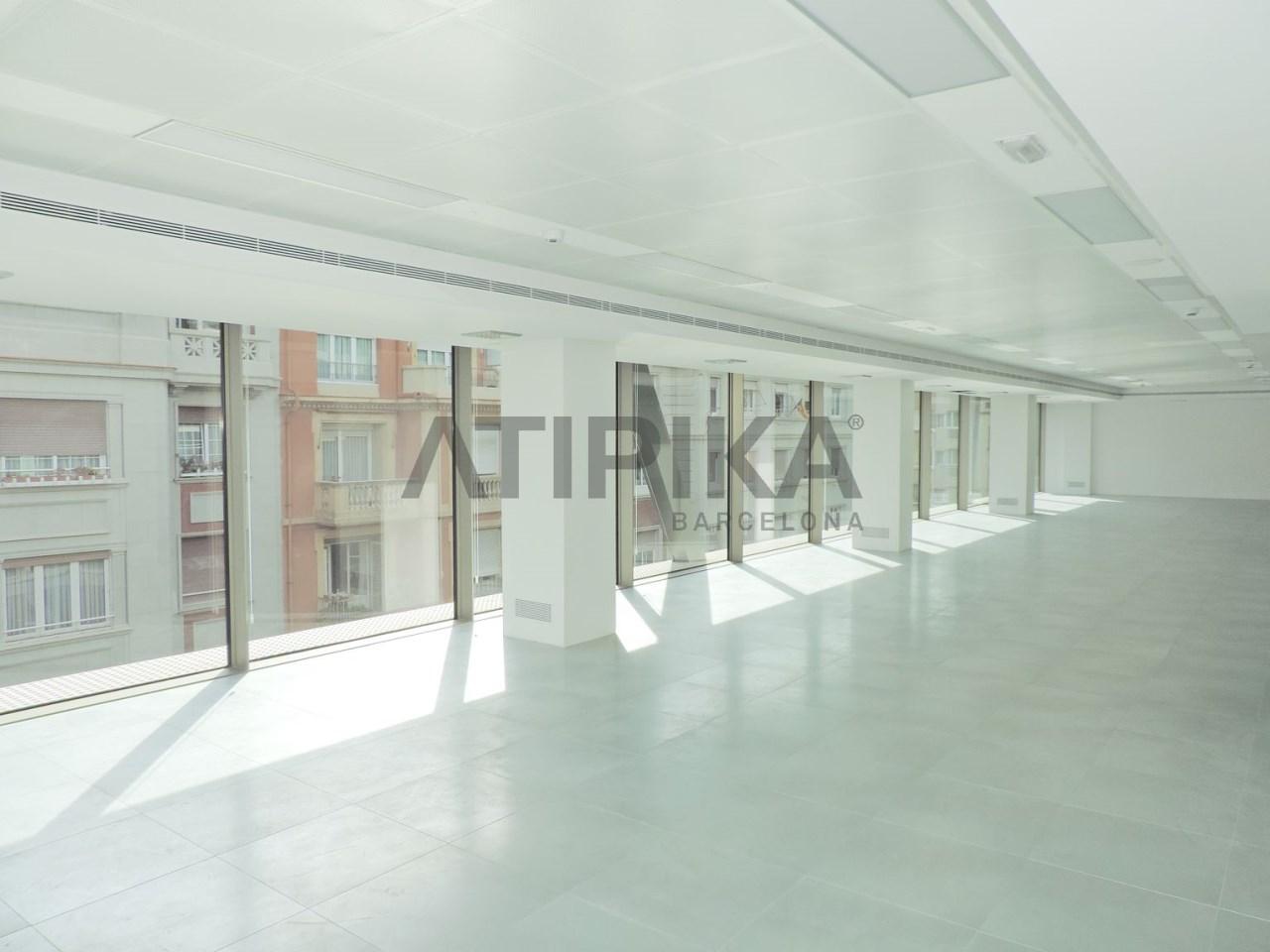 Luminosa oficina de obra nueva junto a Plaza Francesc Macià