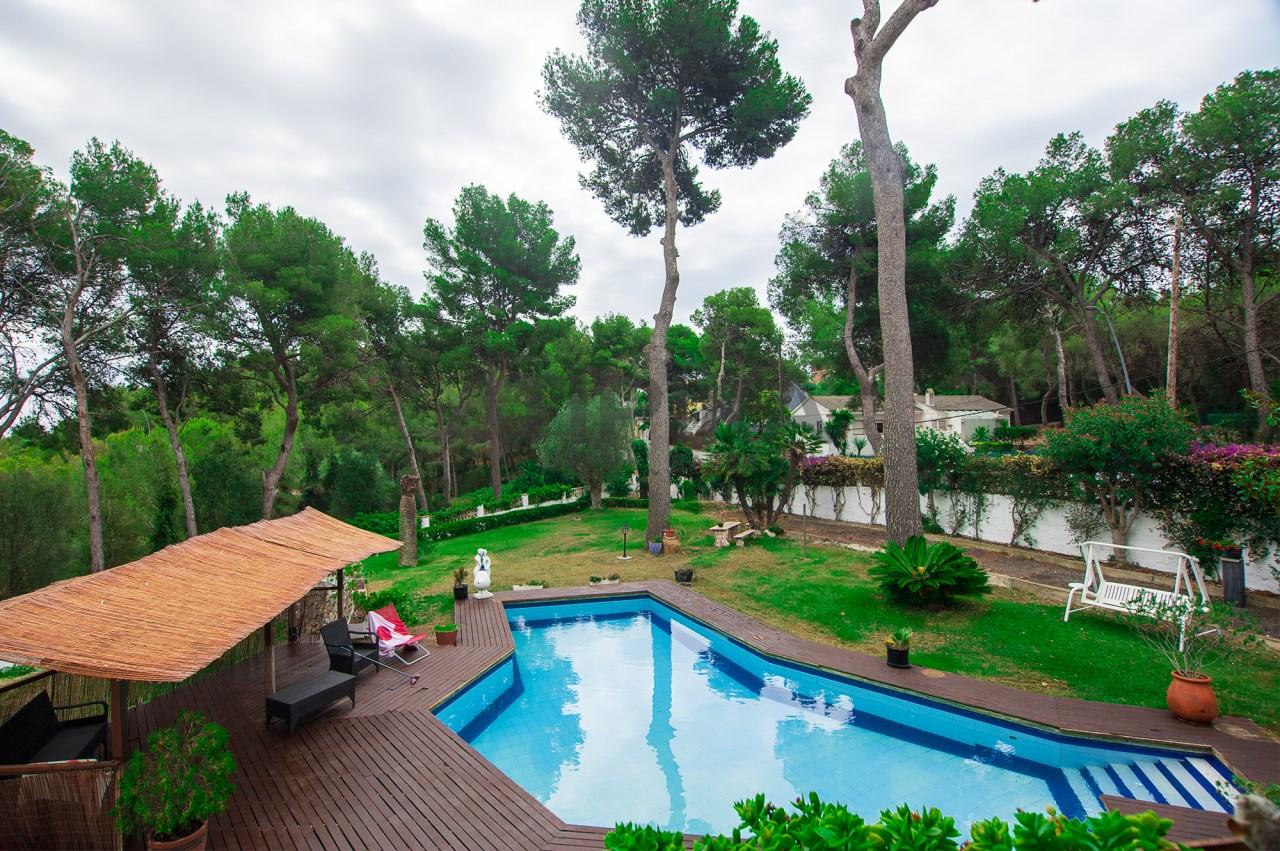Casa con jard n y piscina privada rodeada del parque Piscina natural jardin