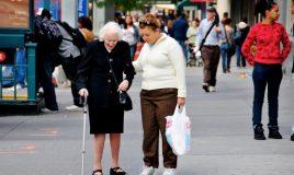 oude vrouw krijgt ondersteuning mantelzorg