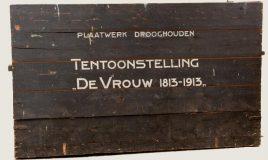 Aquarellen in een kist voor de tentoonstelling de vrouw 1813--1913