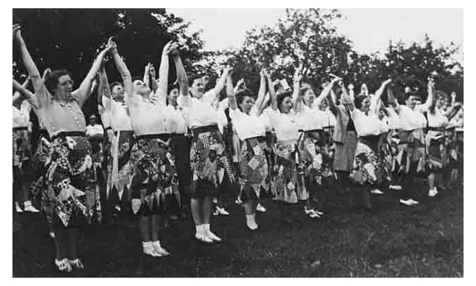 oefenen voor feestrokkendefile op binnenhof in den haag 2 september 1948